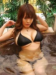 Hitomi Tanaka in one of her first photo shooting! Sexy huge boobs in black bikini!
