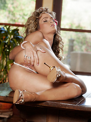 Prinzzess Felicity Jade fucks her wet pussy with two dildos